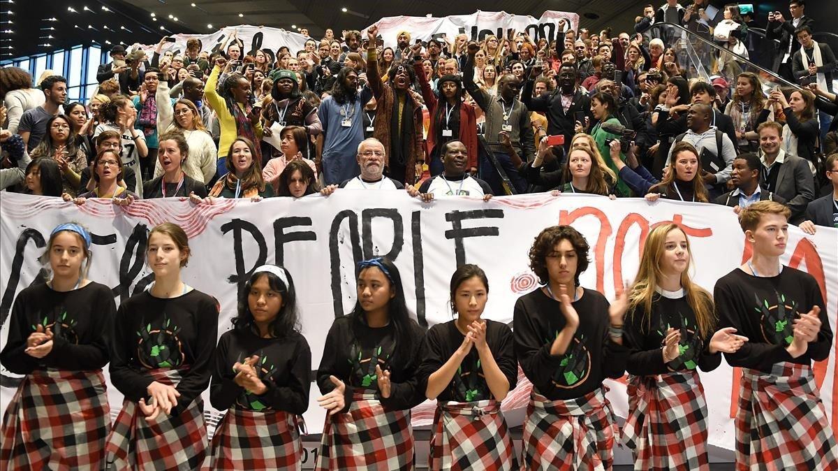 Protesta de activistas durante las sesiones del cumbre del clima de Katowice.