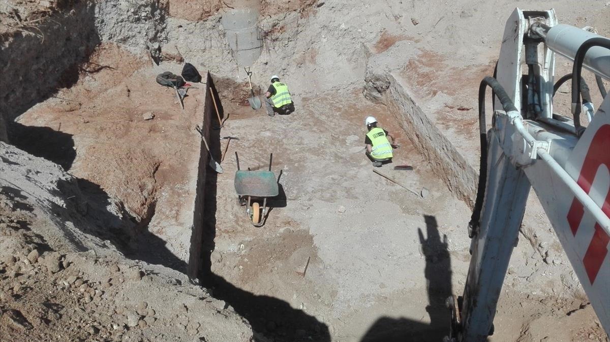 Trabajos en un tramo del Rec Comtal descubierto en los cuarteles de Sant Andreu.