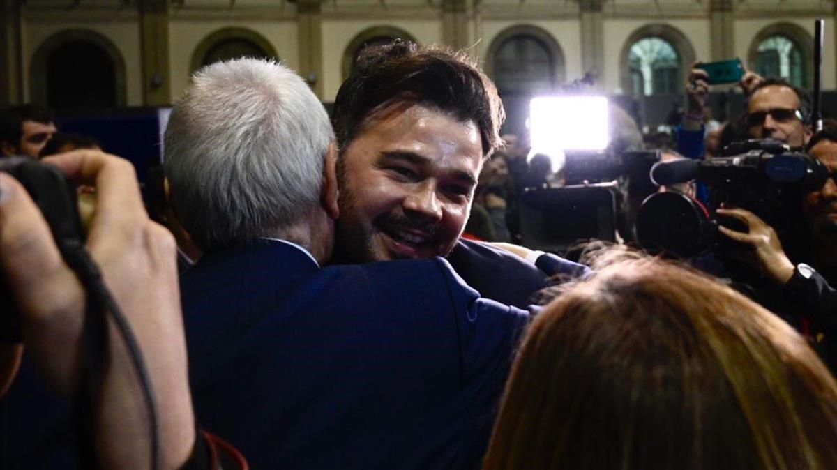 Gabriel Rufián y Ernest Maragall se abrazan tras conocer los primeros resultados.