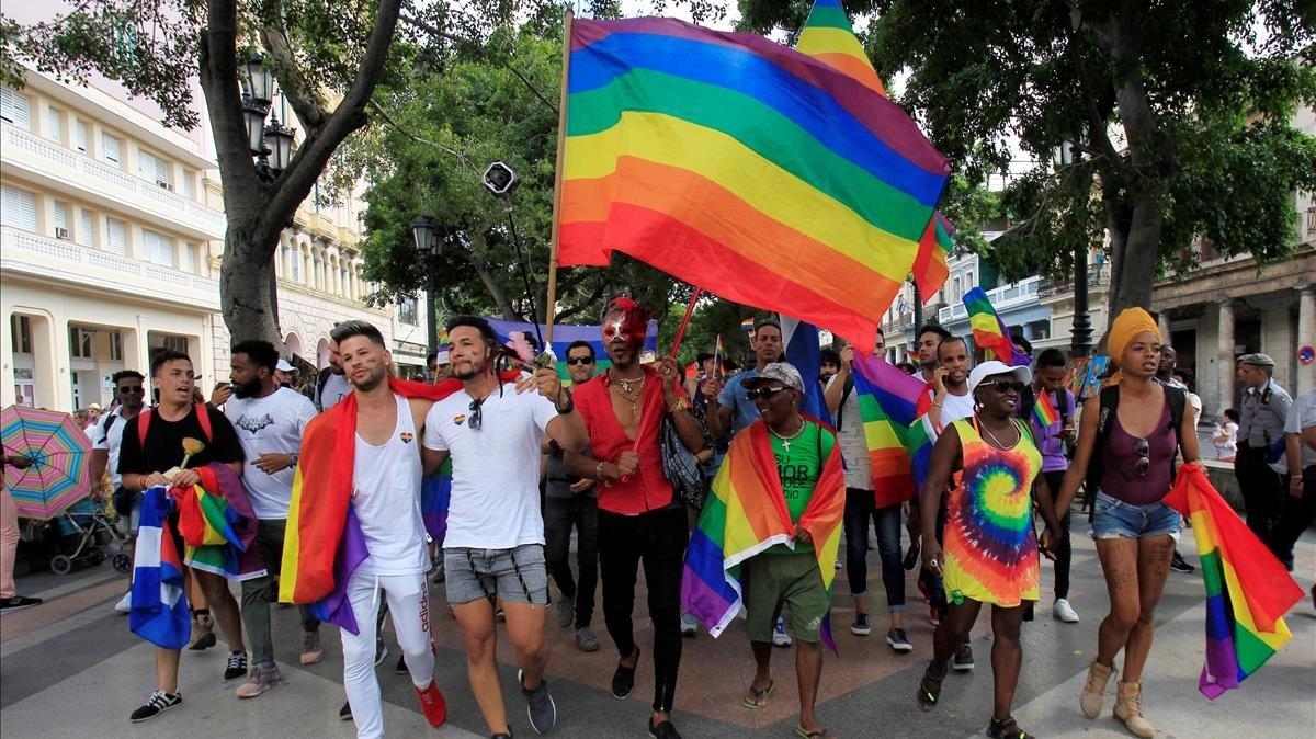 Activistas cubanos participan en la marcha contra la homofobia y a favor de los derechos LGTBI en la Habana.