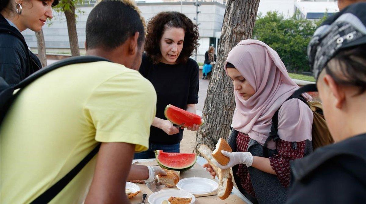 Cena comunitario con los niños de la calle del Raval.
