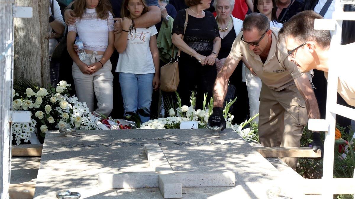 Un momento del sepelio celebrado en el cementerio de San Joséen Granadadonde descansan los restos mortales de Chicho Ibáñez Serrador.