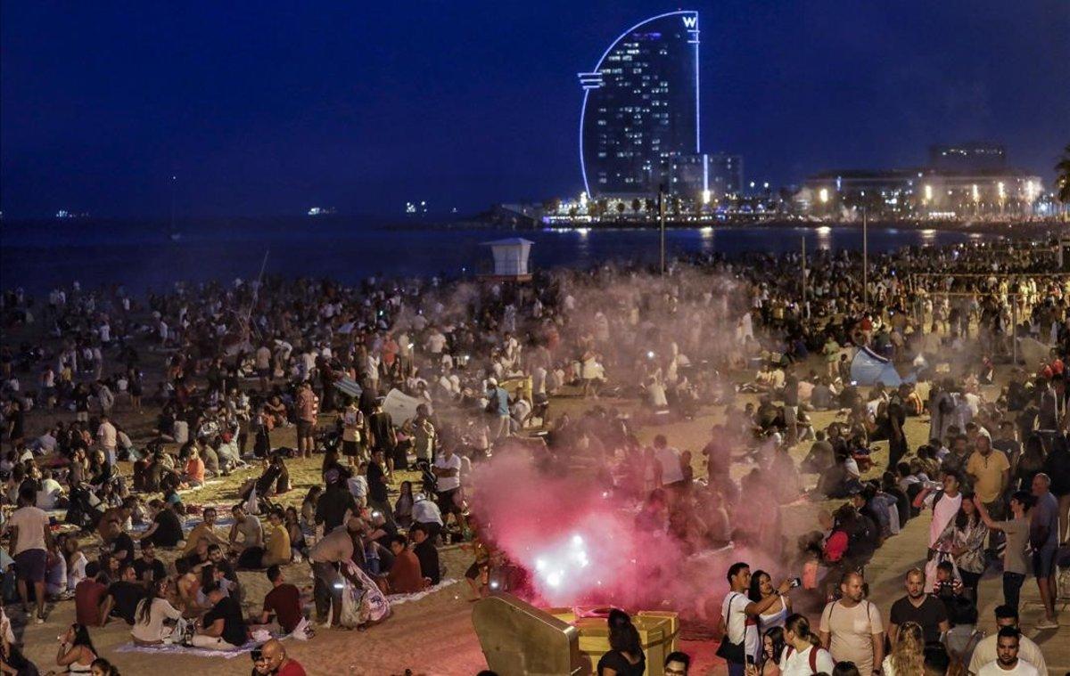 Celebración de la verbena de Sant Joan, el año pasado en la playa de la Barceloneta.