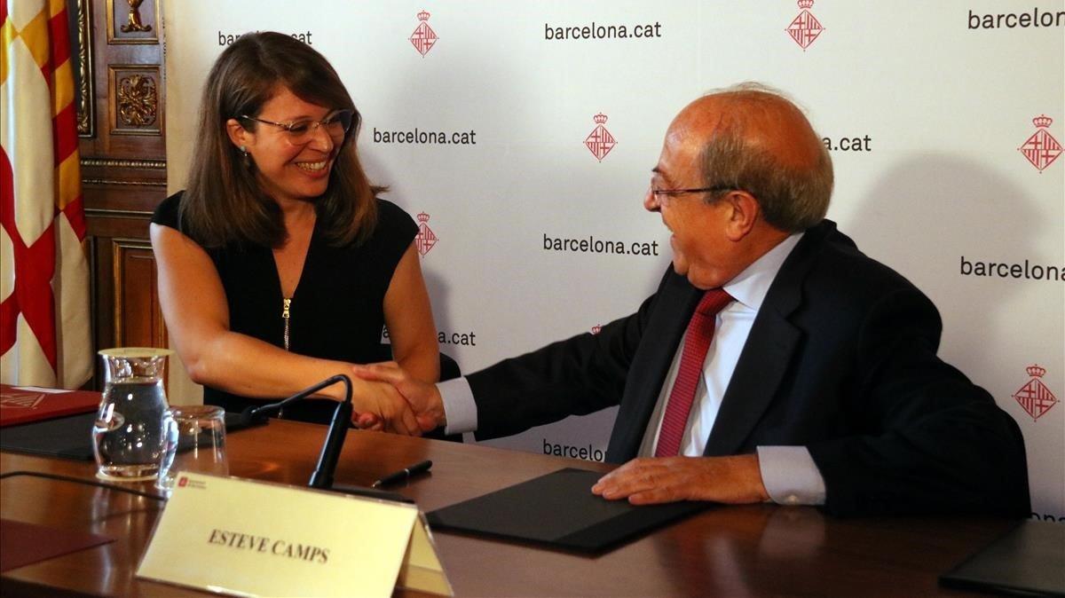 La teniente de alcalde de Urbanismo, Janet Sanz, y el presidente de la Junta Constructora de la Sagrada Família, Esteve Camps, tras la entrega de la licencia de obras.