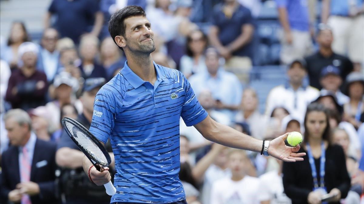 Djokovic es passeja en el seu debut davant de Carballés a l'US Open i Federer pateix