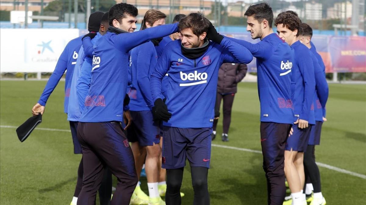 Los jugadores del Barça (y del Barça B) bromean con Sergi Roberto en el entrenamiento en la Ciutat Esportiva.