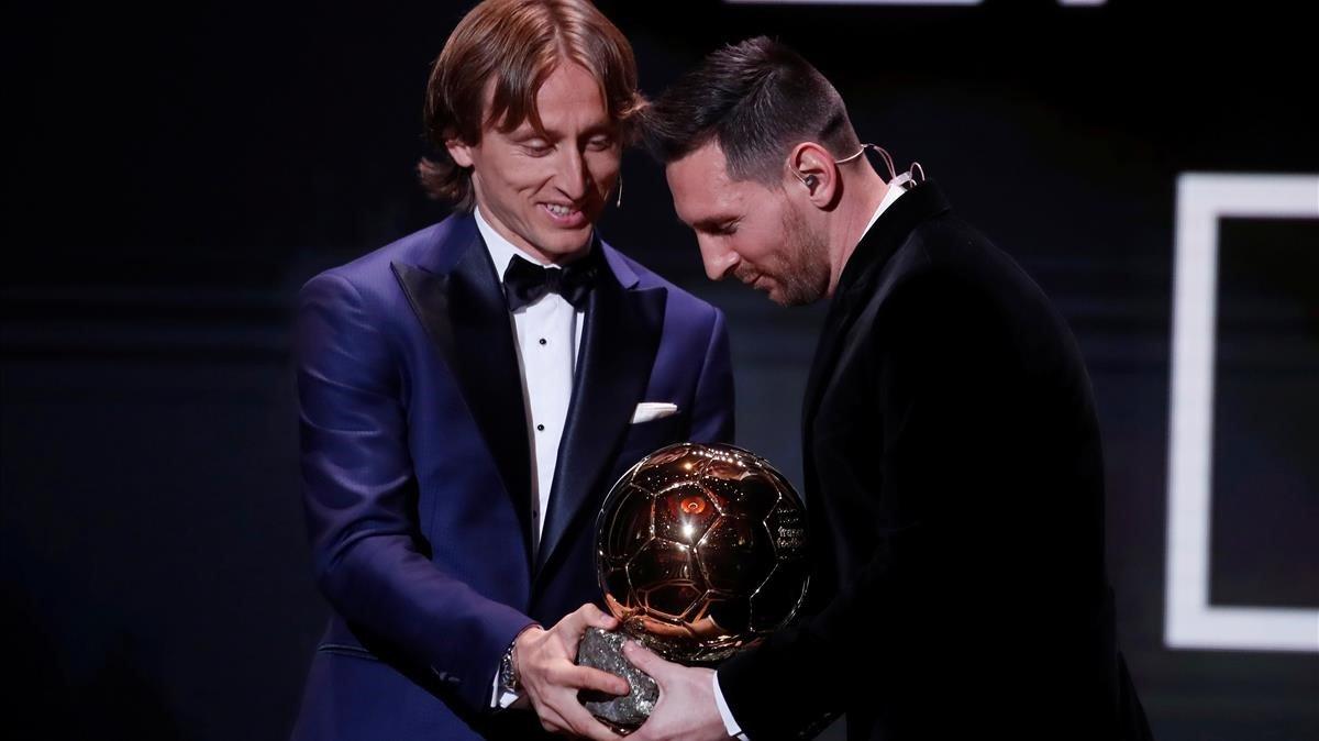 Modric entrega el Balón de Oro a Messi en el teatro Chatelet de París, el lunes 2 de diciembre del 2019.
