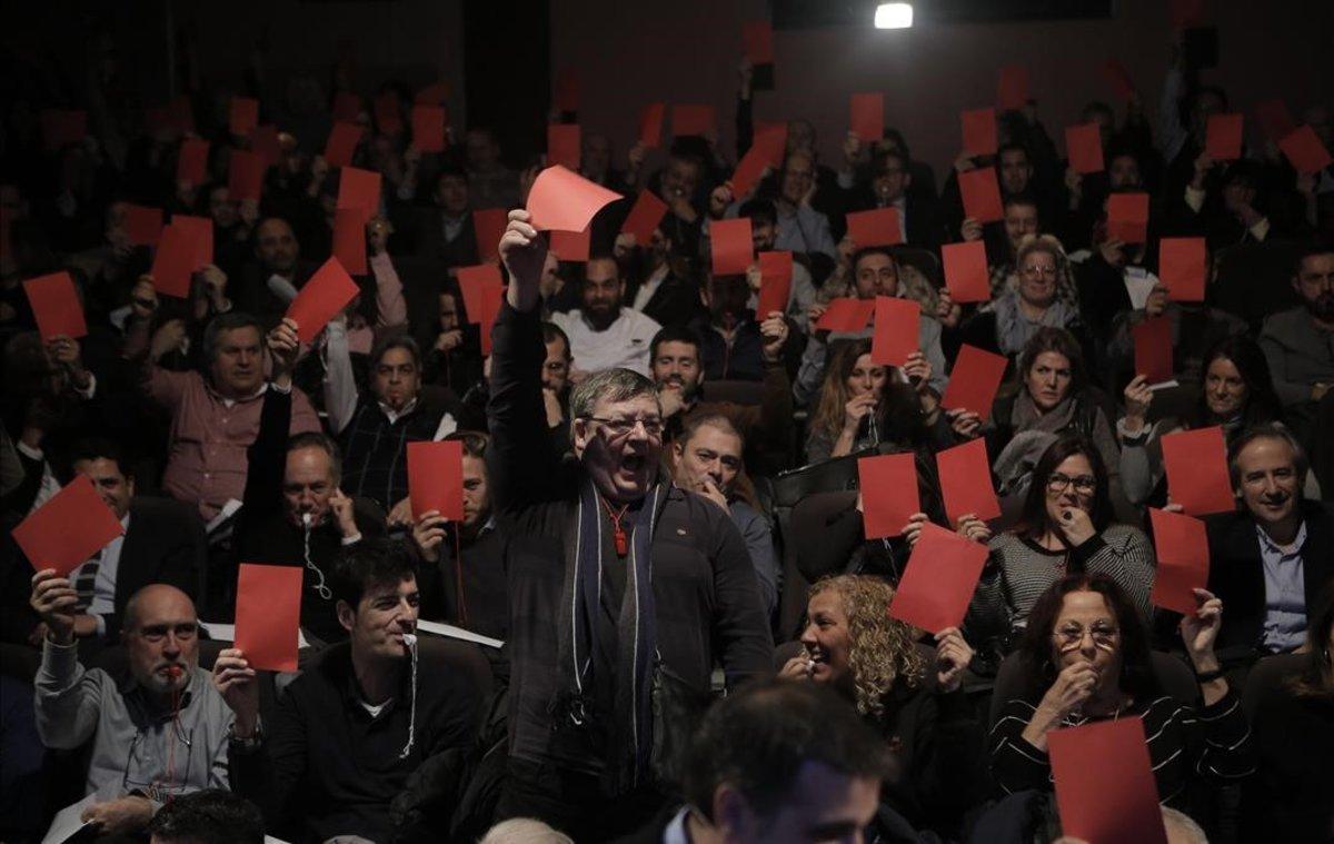 Cientos de restauradores muestran una tarjeta roja contra la subida de tasas a las terrazas, en un acto celebrado en el teatro Club Capitol.