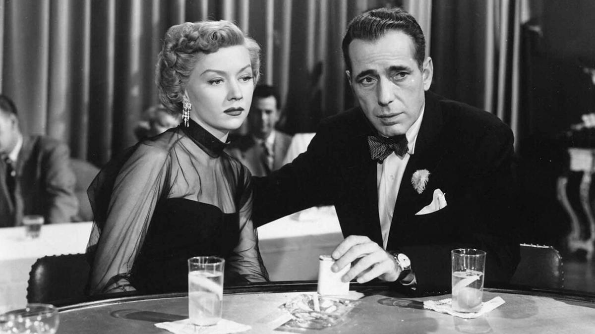 Gloria Grahame y Humphrey Bogart, en un fotograma de la adaptación cinematográfica de 'En un lugar solitario', dirigida por Nicholas Ray.