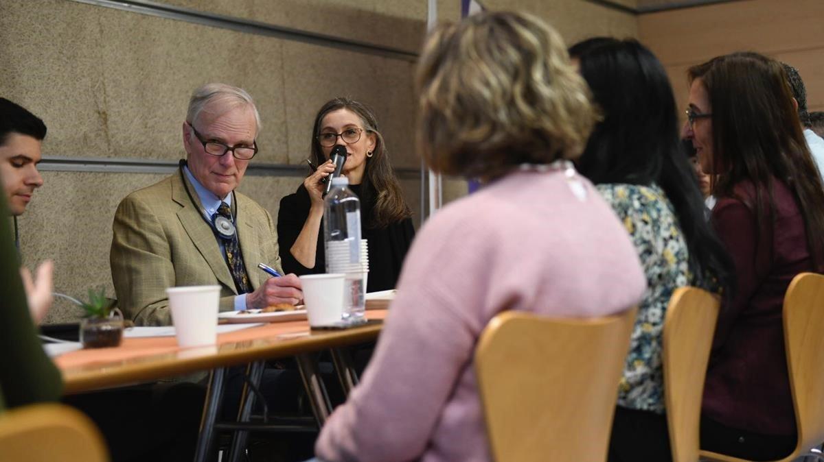 El relator de la ONU en pobreza, Philip Alston, en una reunión con víctimas de la pobreza energética.