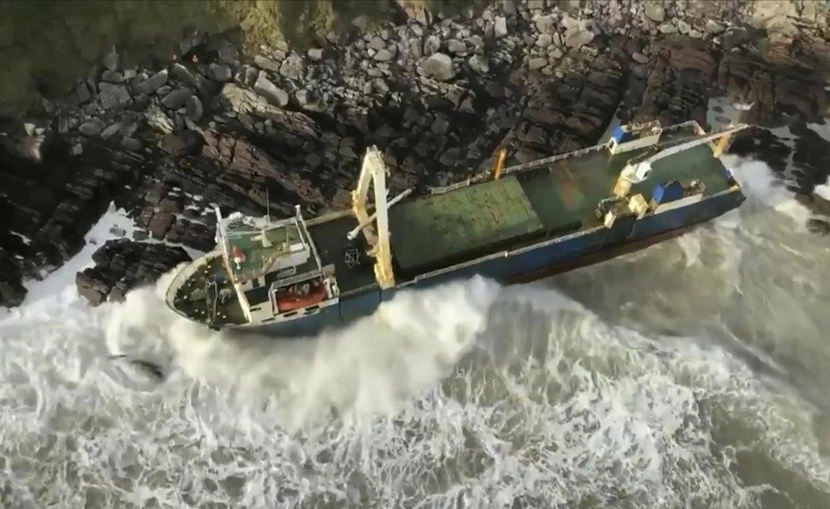 La tempesta 'Dennis' arrossega un barco fantasma fins a la costa irlandesa