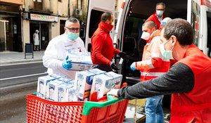 Reparto de alimentos por parte de Creu Roja en Molins de Rei.