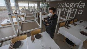 José Miralles, propietario de 'La Alegría de la Huerta', uno de los locales del paseo marítimo de València, dentro de su local