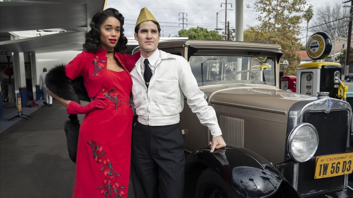 Laura Harrier y Darren Criss en 'Hollywood'.
