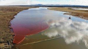 Una imagen que muestra el vertido de diésel en el río Ambarnaya.