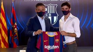Josep Maria Bartomeu junto al nuevo fichaje, Trincao.