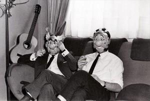 René Goscinny (amb careta dAstèrix) i Albert Uderzo (amb la dObèlix), fotografiats per Roger Picherie per a Paris Match el 1966.
