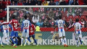 rpaniagua38182632 gra576 gij n 25 04 2017 momento del gol del centrocampis170425205515