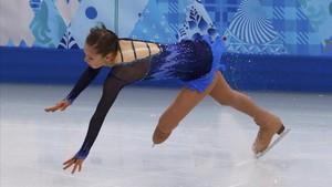 Yulia Lipnitskaya cae sobre el hielo
