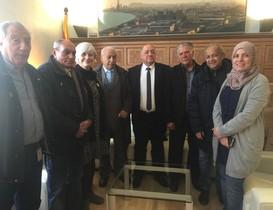El grupo promotor del Consell Municipal del Poble Gitano de Badalona, con la alcaldesa Maria Dolors Sabater y la concejala de Participación Fátima Taleb.