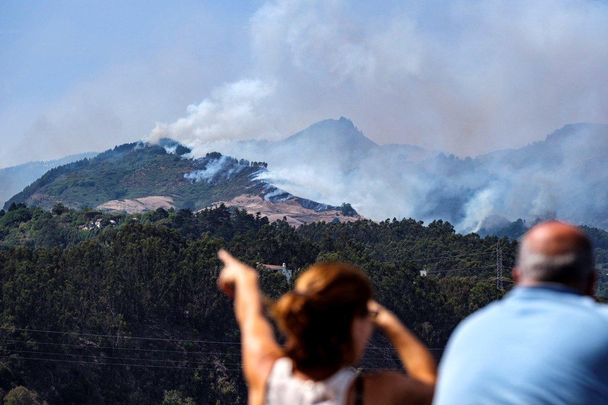 GRAF7800. MOYA (GRAN CANARIA, 18/08/2019.- El humo procedente del Incendio en la cumbre de Gran Canaria, desde el casco del municipio de Moya, . donde se ve el avance de las llamas. El incendio que comenzó el sábado por caudas humanas ha obligado a evacuar de sus viviendas a 2.000 habitantes de seis poblaciones afectadas y podría haber quemado ya unas mil hectáreas. EFE/Ángel Medina G.