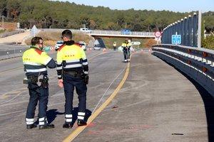 Mossos dEsquadra revisan el lugar del accidente.
