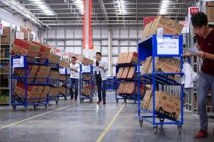 Trabajadores en un almacén logístico de Alibaba en Suzhou, China.