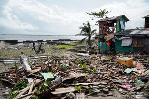 El tifón ha destruído decenasde viviendas.