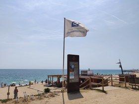 El distintivo de calidad turística en la playa del Callao de Mataró.