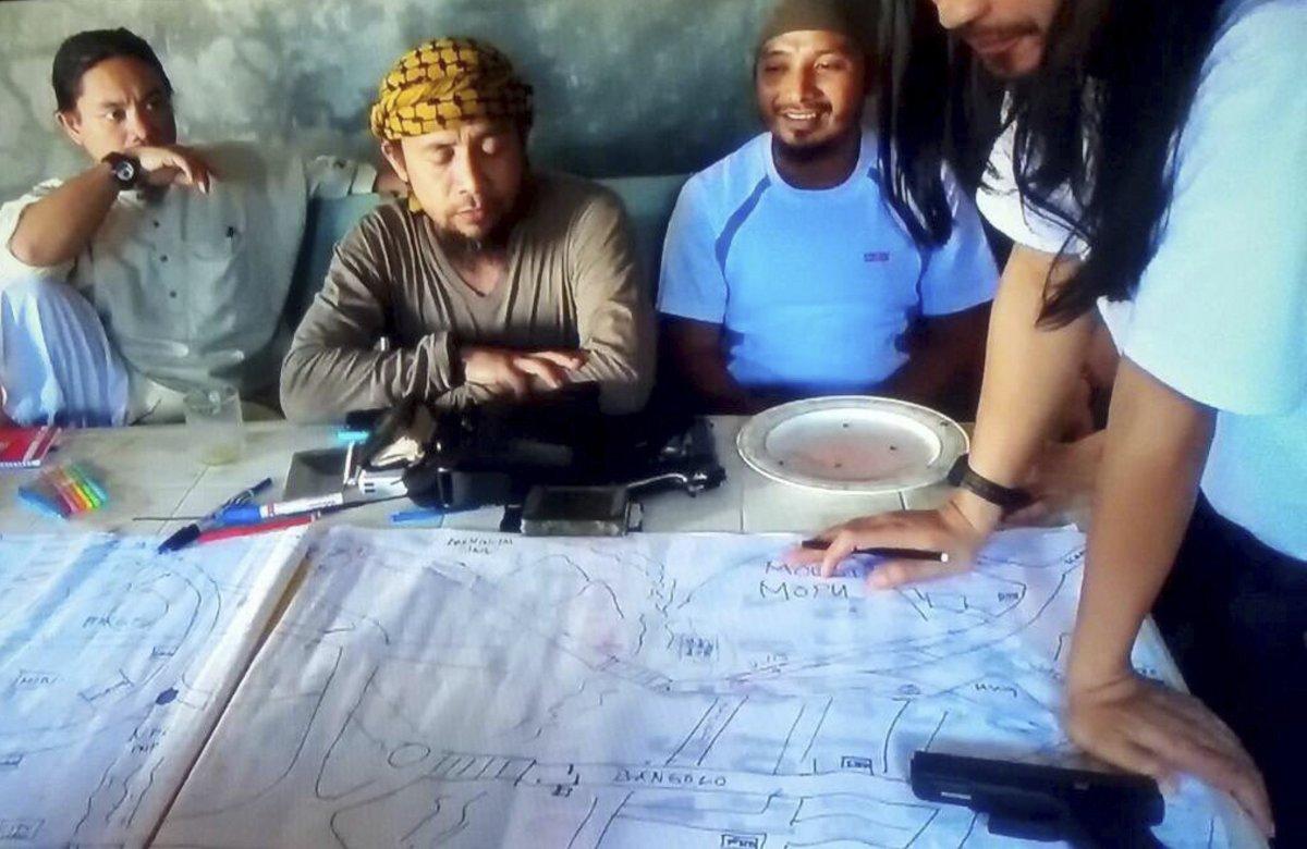 Abu Dar al centro, líder delgrupo yihadista filipino Maute. AP