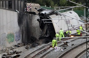 Estado en que quedó el tren Alvia tras el accidente de la curva de Angrois, a la entrada de Santiado de Compostela.