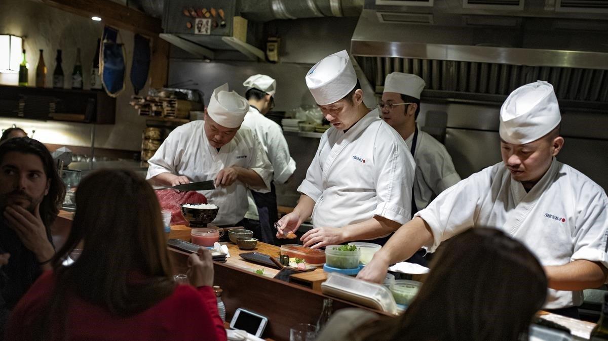 Acódate en la barra del Shunka y observa el trajín de la cocina a la vista.