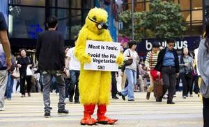 Un activista vegetariano de la organización PETA (Gente por el Tratamiento Ético de los Animales) disfrazado de ave se manifiesta en contra del consumo de carne en Hong Kong (China).
