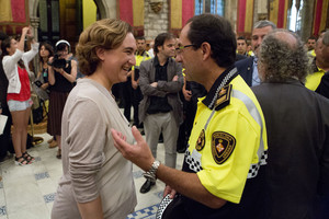 Ada Colau conversa con el jefe de la Guardia Urbana de Barcelona, Evelio Vázquez, en un acto en el Saló de Cent del ayuntamiento.
