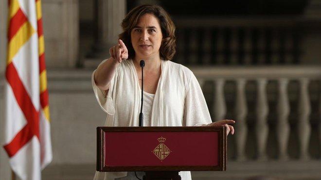 Ada Colauen el Saló Gòtic de l'Ajuntamentanunciando los acuerdos para gobernar la ciudad.