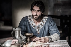 """Aitor Luna ('La catedral del mar'): """"El guion es muy respetuoso con la historia del libro"""""""
