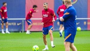 Alba se entrena en la ciudad deportiva del Barça ante la mirada de Koeman.