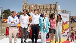 Albert Rivera, en el centro, en el acto de Palma de Mallorca, junto a Manuel Valls y Joan Mesquida.