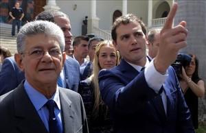 Albert Rivera conversa con el presidente de la Asamblea Nacional, Henry Ramos Allup, este martes en Caracas.
