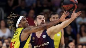 Albicy, del Andorra, lucha el balón con Moerman, del Barça.