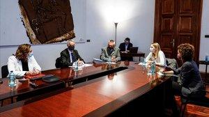 La alcaldesa de Barcelona, Ada Colau, reunida este viernes con representantes y víctimas del 17-A.