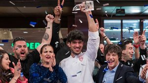 Aleix levantando el trofeo que le acredita como ganador de 'Masterchef 7'.
