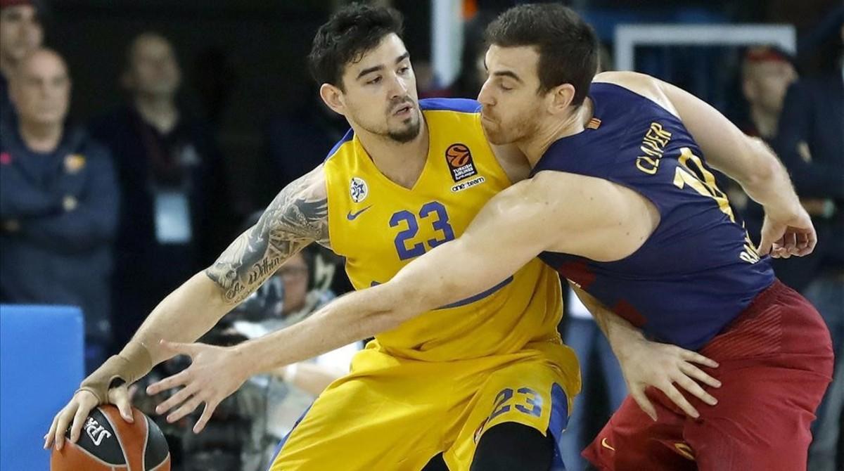 El alero del FC Barcelona Lassa Victor Claver lucha el balón con Joe Alexander del Maccabi de Tel Aviv.