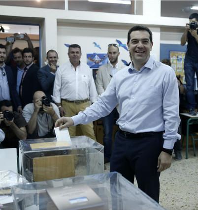 El líder del partido griego 'Left', Alexis Tsipras, vota en Atenas.