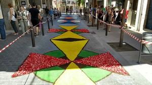 Alfombras de flores en una calle de Santa Coloma de Gramenet.