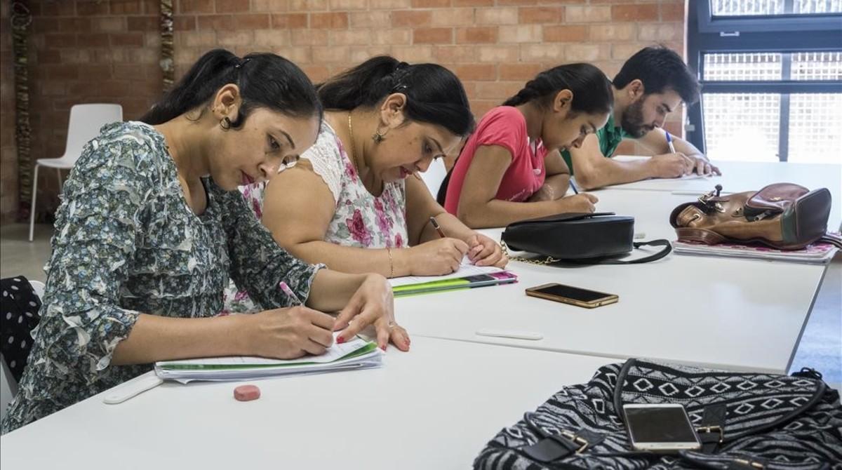 Alumnas de castellano de la escuela de adultos comuntiaria La Troca.