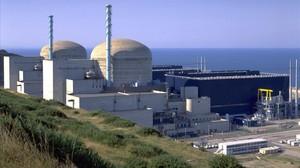 Panorámica de la central nuclear de Flamanville, cerca de Cherburgo (Francia), que espera abrir en breve tras un retraso enorme y unos sobrecostes millonarios.