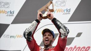 Andrea Dovizioso (Ducati) gana a Marc Márquez en la última curva en un increíblefinalen el GPde Austria.