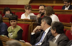 La diputada de la CUPAnna Gabriel observa al popular Xavier García Albiol, este miércoles en el Parlament.