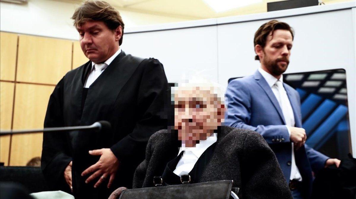 Johann R.,antiguo guardia del campo de concentración nazi de Stutthof, a su llegada al juicio en los juzgados de Münster (Alemania) (Por orden judicial, el rostro del acusado debe aparecer pixelado).